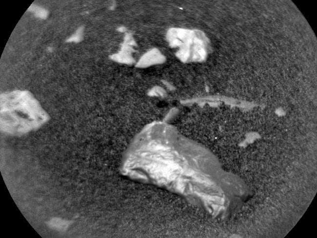 """好奇号罗孚在火星上发现""""有光泽""""的物体"""